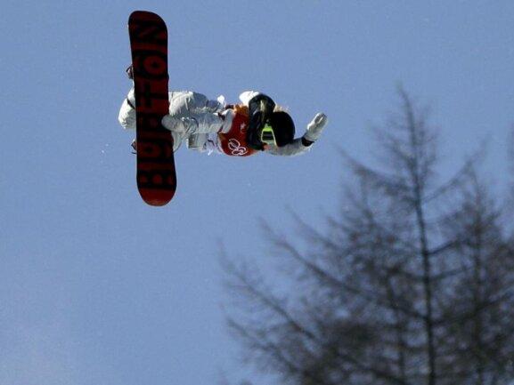 <b>Gegen die Schwerkraft</b><br/>Goldmedaillengewinnerin ChloeKim aus den USA steht mit ihrem Snowboard förmlich in der Luft. Foto: Gregory Bull<br/>13.02.2018 (dpa)