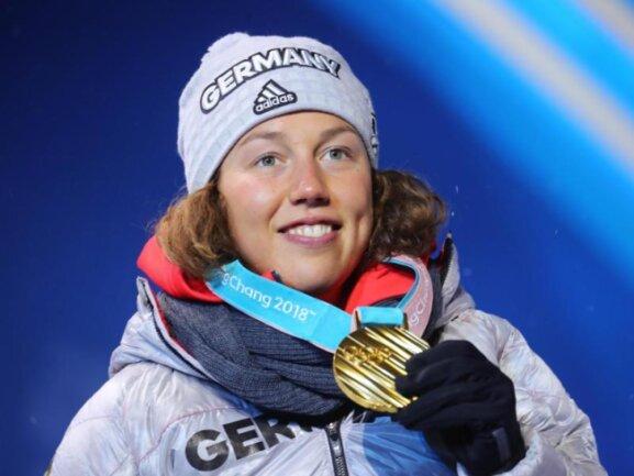 <b>Strahlende Siegerin</b><br/>Laura Dahlmeier hat ihre zweite Goldmedaille in Empfang genommen. Foto: Michael Kappeler<br/>13.02.2018 (dpa)