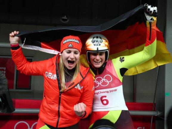 <b>Doppel-Triumph</b><br/>Die deutschen Rodlerinnen Natalie Geisenberger (r) und Dajana Eitberger bejubeln Gold und Silber. Foto: Daniel Karmann<br/>13.02.2018 (dpa)