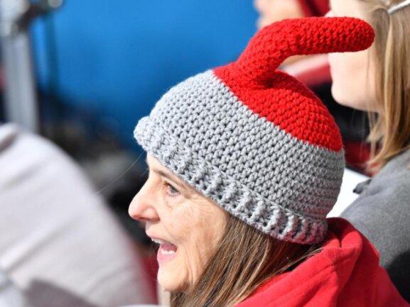 <b>Selbstgestrickt</b><br/>Eine Außerirdische, die ihre Antennen unter der Mütze verbirgt, oder doch ein Curling-Fan mit origineller Kopfbedeckung. Foto: Peter Kneffel<br/>13.02.2018 (dpa)