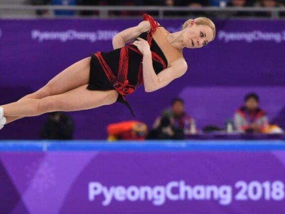 <b>Schräglage</b><br/>Jewgenija Tarassowa vom Team «Olympische Athleten aus Russland» (OAR) steht wähgrend des Kurzprogramms in der Gangneung Ice Arena in der Luft. Foto: Peter Kneffel<br/>14.02.2018 (dpa)