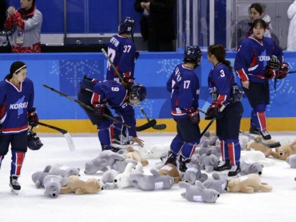 <b>Trostpreise</b><br/>sammeln nach ihrer Niderlage gegen Japan Stofftiere von der Eisfläche auf. Foto: Frank Franklin Ii<br/>14.02.2018 (dpa)