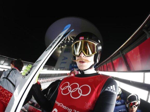 <b>Hochgezwirbelt</b><br/>Der norwegische Skispringer Robert Johansson hat seinen Schnauzer in ein kleines Kunstwerk verwandelt. Ob der Schnurrbart ihem im Alpensia Skisprung Zentrum mehr Auftrieb verleihen kann? Foto:Matthias Schrader<br/>14.02.2018 (dpa)