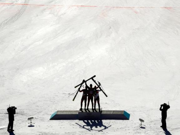 <b>Schattenmänner</b><br/>Die Abfahrer bei der improvisierten Siegerehrung im Zielbereich. Foto: Charlie Riedel<br/>15.02.2018 (dpa)