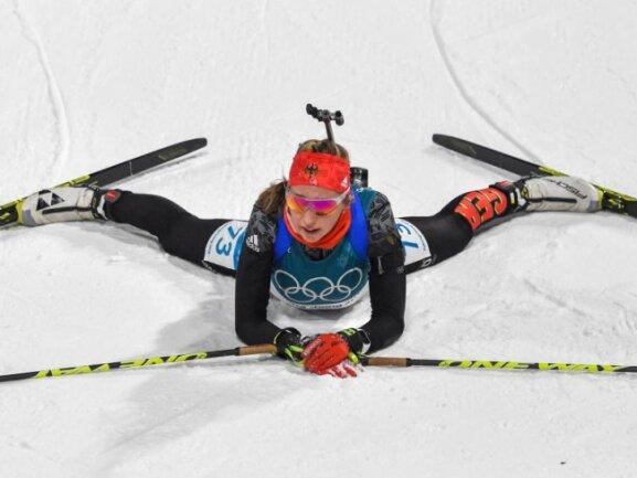 <b>Auf allen Vieren</b><br/>Erschöpft liegt Franziska Preuß im Alpensia Biathlon Zentrum nach dem Einzel der Damen über 15 Kilometer. Nach starker Leistung blieb der Bayerin Platz vier. Foto: Angelika Warmuth<br/>15.02.2018 (dpa)