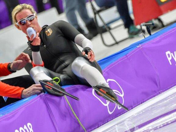 <b>Tief durchatmen</b><br/>Claudia Pechstein ist nach ihrem Rennen über 5000 Meter völlig aus der Puste. Foto: Peter Kneffel<br/>16.02.2018 (dpa)