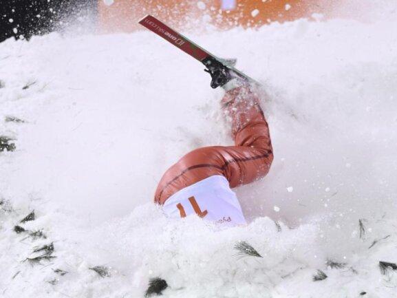 <b>Das ging schief</b><br/>Ala Zuper aus Weißrussland stürzt während des Finals des Freestyle-Sprungwettbewerbs und vergräbt sich im Schnee. Foto: Dan Himbrechts/AAP<br/>16.02.2018 (dpa)