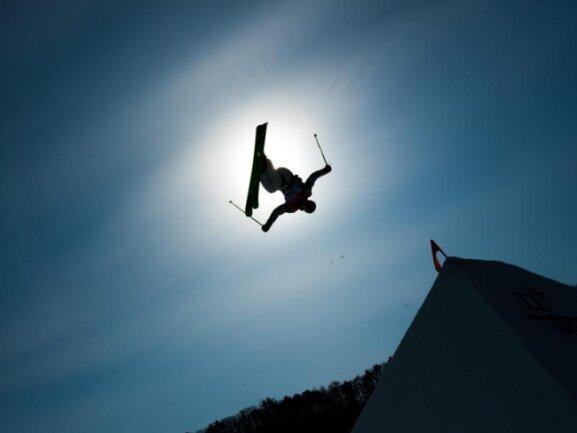 <b>Vorgeschoben</b><br/>Ski-Freestyler Benoit Buratti aus Frankreich schiebt sich bei einem Sprung förmlich vor die südkoreanische Sonne. Foto: Mark Reis<br/>18.02.2018 (dpa)