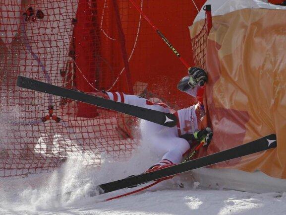 <b>Abgerauscht</b><br/>Beim Riesenslalom der Herren rauscht Manuel Feller aus Österreich im ersten Durchgang von der Piste in einen Fangzaun. Foto: Christophe Ena<br/>18.02.2018 (dpa)