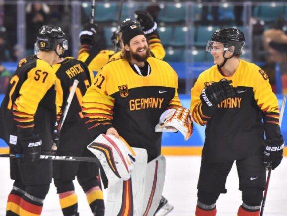 <b>Geht doch!</b><br/>Marcel Goc (l-r), Goalie Timo Pielmeier, und Leonhard Pföderl jubeln. Das deutsche Eishockey-Team hat bei den Olympischen Winterspielen den ersten Sieg seit 16 Jahren geholt. Foto:Peter Kneffel<br/>18.02.2018 (dpa)