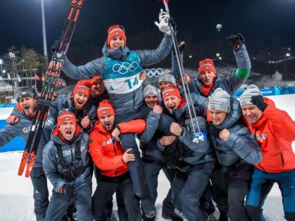<b>Ein Hoch!</b><br/>Simon Schempp (M) aus Deutschland jubelt mit dem deutschen Biathlonteam über seine Silbermedaille im Massenstart. Foto:Hendrik Schmidt<br/>18.02.2018 (dpa)