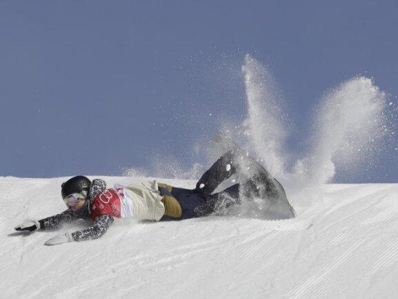 <b>Bauchlandung</b><br/>Die tschechische Snowboarderin Katerina Vojackova aus Tschechien landet nach einem Sturz bei der Big-Air-Qualifikation auf dem Bauch. Foto: Kirsty Wigglesworth<br/>19.02.2018 (dpa)