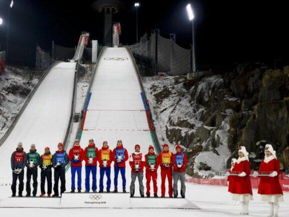 <b>Die Teams</b><br/>Die Medaillengewinner des Teamspringens: Norwegen (M) siegte vor Deutschland (l) und Polen. Foto: Kirsty Wigglesworth/AP<br/>19.02.2018 (dpa)