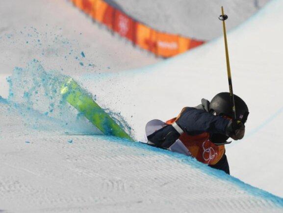 <b>Hängengeblieben</b><br/>US-Freestylerin Annalisa Drew bleibt mit einem Ski in der Halfpipe an der Kante hängen. Foto: Angelika Warmuth<br/>20.02.2018 (dpa)