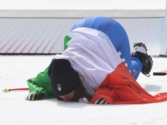 <b>Abgeknutscht II</b><br/>Überwältigt von ihrem Goldmedaillengewinn küsste Sofia Goggia aus Italien den Schnee vor dem Sieger-Podium. Foto: Tobias Hase<br/>21.02.2018 (dpa)