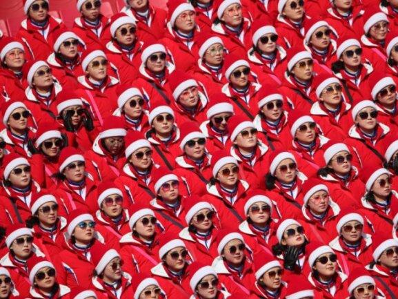 <b>Abgesandt</b><br/>In Reih und Glied! Die Cheerleader aus Nordkorea sind bei den Winterspielen in Pyeongchang immer wieder ein Hingucker. Foto: Michael Kappeler<br/>22.02.2018 (dpa)