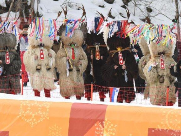 <b>Furchteinflößend</b><br/>Beim Abfahrtslauf der alpinen Kombination der Damen wollten slowenische Fans in traditionellen Kostümen wohl die bösen Geister vertreiben. Foto: Tobias Hase<br/>22.02.2018 (dpa)