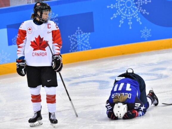 <b>Ist was?</b><br/>Nach einem Bodycheck im Finale schaut die kanadische Eishockey-Spielerin Marie-Philip Poulin (l) zu der auf dem Eis hockenden Brianna Decker vom US-Team. Foto: Peter Kneffel<br/>22.02.2018 (dpa)