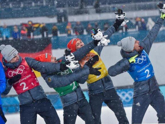 <b>Den Bolt gemacht!</b><br/>Die deutschen Kombinierer Vinzenz Geiger (l-r) Fabian Rießle, Eric Frenzel und Johannes Rydzek feiern ihre Goldmedaille im Teamwettbewerb in Manier von Leichtathletik-Legende Usain Bolt. Foto: Angelika Warmuth<br/>22.02.2018 (dpa)
