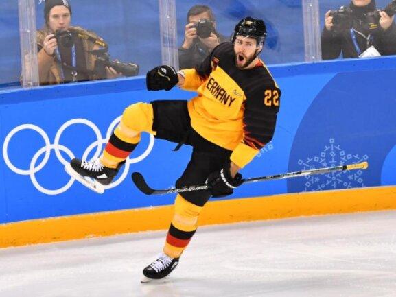 <b>«Säge»</b><br/>Matthias Plachta feiert mit einer Säge seinen Treffer zum 2:0 gegen Kanada. Das DEB-Team machte mit einem 4:3-Sieg über Kanada den Einzug ins Olympia-Finale perfekt. Foto: Peter Kneffel<br/>23.02.2018 (dpa)