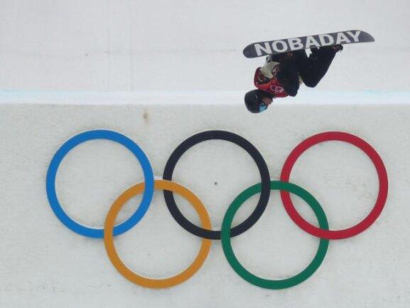 <b>Über den Ringen</b><br/>Snowboarder Max Parrot aus Kanada mit einer artistischen Einlage über den olympischen Ringen. Foto: Daniel Karmann<br/>24.02.2018 (dpa)