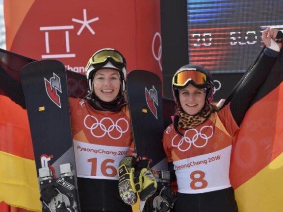 <b>Die Fahne im Rücken</b><br/>Die deutschen Snowboarderinnen Selina Jörg (l) und Ramona Theresia Hofmeister freuen sich über Silber und Bronze im Parallel-Riesenslalom. Foto: Angelika Warmuth<br/>24.02.2018 (dpa)
