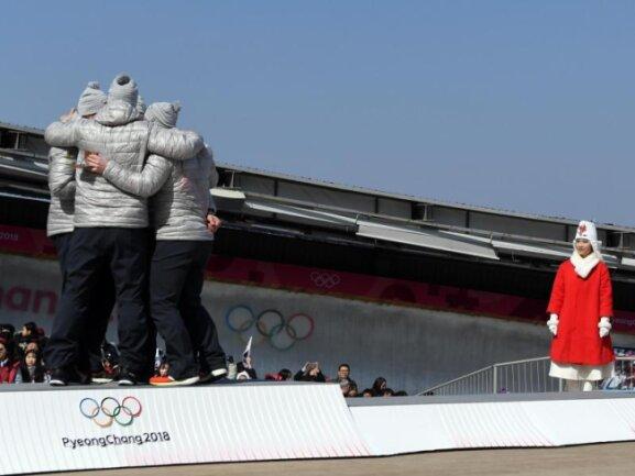 <b>Innig</b><br/>Das Team um Francesco Friedrich umarmt sich bei der Siegerehrung. Foto: Tobias Hase<br/>25.02.2018 (dpa)