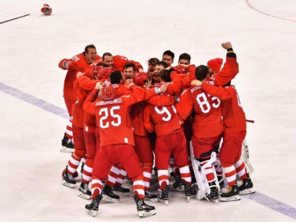 <b>Goldgewinner</b><br/>Die russischen Eishockey-Spieler umarmen sich in inniger Freude über den 4:3-Finalsieg gegen das deutsche Team. Foto: Peter Kneffel<br/>25.02.2018 (dpa)