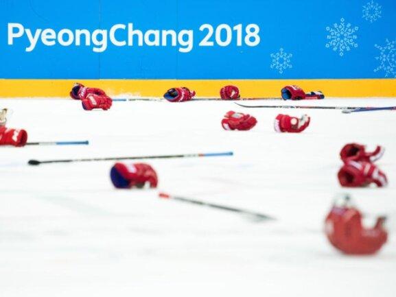 <b>Überreste auf dem Eis</b><br/>Helme, Handschuhe und Schläger:Russlands Goldmedaillen-Gewinner entledigen sich ihrer Ausrüstung. Foto: Joel Marklund<br/>25.02.2018 (dpa)