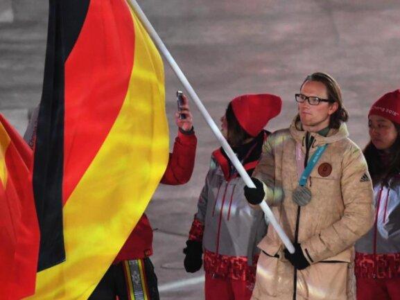 <b>Fahnenträger</b><br/>Eishockey-Nationalspieler Christian Ehrhoff trägt die deutsche Fahne bei der Abschlussfeier im Olympiastadion in Pyenogchang. Foto: Hendrik Schmidt<br/>25.02.2018 (dpa)