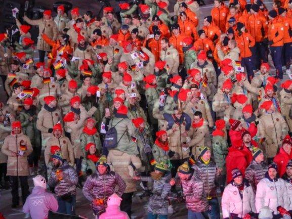 <b>Rotkäppchen</b><br/>Das deutsche Olympia-Team verabschiedet sich bei der Schlussfeier von den Zuschauern in Pyeongchang. Foto: Michael Kappeler<br/>25.02.2018 (dpa)