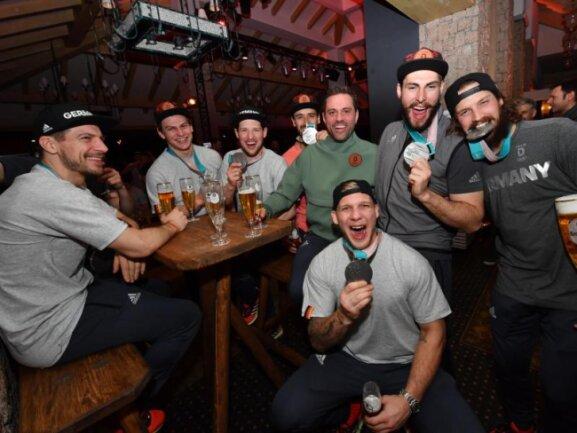 <b>Silberbier</b><br/>Die deutschen Eishockey-Nationalspieler feiern mit reichlich Bier ihre Silbermedaille im Deutschen Haus. Foto:Peter Kneffel<br/>25.02.2018 (dpa)