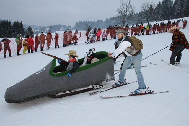 <p>Geschätzte 130 Ski-Narren waren dabei - mehr als in den vergangenen Jahren.</p>