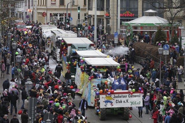<p>Insgesamt waren an dem Umzug unter Regie des Vereins Vogtländischer Carnevalisten (VVC) mehr als 40 Fahrzeuge und 1500 Mitwirkende beteiligt.</p>