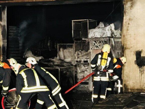 <p>Gegen 21 Uhr sagte Feuerwehr-Einsatzleiter Legies, dass noch etwa zwei Stunden Brandwache gehalten werden müsse und die Polizei mit Lichttechnik bei ihrem Einsatz unterstützt werde. Über den entstandenen Sachschaden konnten am Sonntagabend keine gesicherten Angaben gemacht werden.</p>