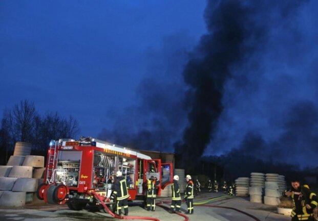<p>Das Feuer war in einer Lager- und Produktionshalle eines Betonfertigteil-Produzenten an der Plutostraße in Gersdorf ausgebrochen.</p>