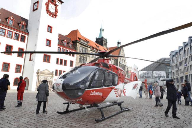 <p>Bis zu dessen Eintreffen gegen 10.30 Uhr war die Feuerwehr Chemnitz auf dem Markplatz vor Ort und führte am Patienten Wiederbelebungsmaßnahmen durch, so Zierold.</p>