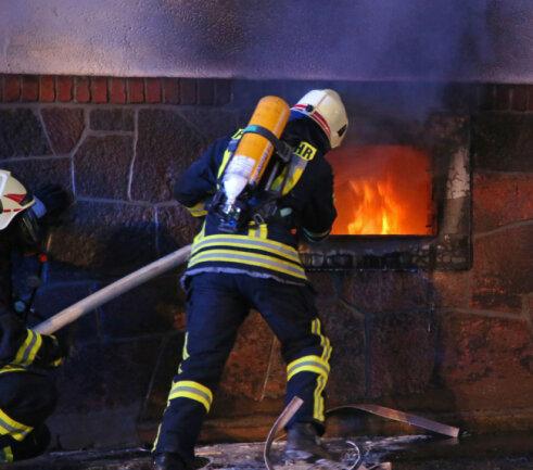 <p>Die Feuerwehr musste einen Teil der elf Bewohner mit der Drehleiter retten.</p>