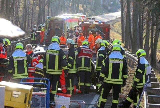 <p>Bei einem Unfall auf der B 173 sind am Donnerstagnachmittag drei Menschen verletzt worden.</p>  <p></p>