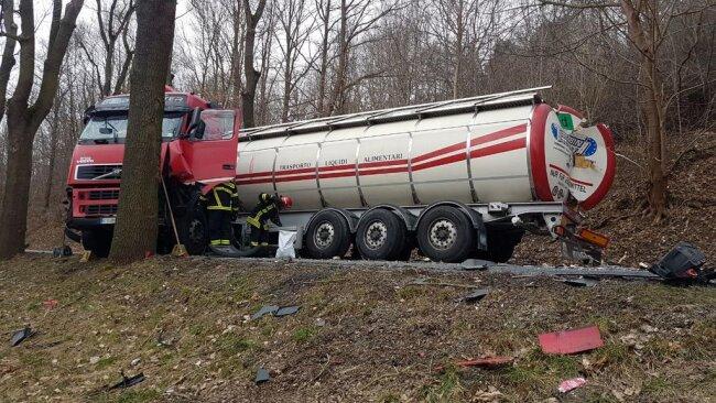 <p>Wenige hundert Meter nach der Südinsel sind ein italienischer Lastwagen und ein Audi zusammen gekracht.</p>