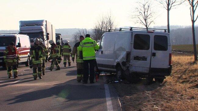 <p>Gegen 8 Uhr hielt aufgrund eines Defektes der 40-jährige Fahrer eines Transporters an der Zwickauer Straße am Fahrbahnrand.</p>