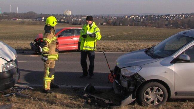 <p>Ein Dacia-Fahrer stoppte vor dem Transporter an, um Hilfe zu leisten. Der 44-Jährige sowie der Transporters-Fahrer und dessen 40-jähriger Beifahrer stiegen aus und gingen vor den Transporter.</p>