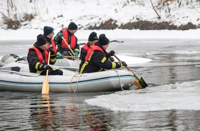 """<p>Spuren im Schnee hätten zum Fluss geführt. Die Polizei bestätigte auf Nachfrage der """"Freien Presse"""", dass ein Sucheinsatz läuft.</p>  <p></p>"""