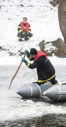 <p>Die Feuerwehr ist nach eigenen Angaben mit rund zehn Mann und zwei Schlauchbooten auf dem Wasser sowie am Rande der Mulde im Einsatz.</p>