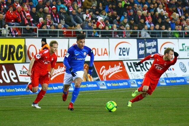 <p>Mounir Bouziane (Rostock) im Dreikampf gegen René Lange (Zwickau, links) und Mike Könnecke (Zwickau).</p>