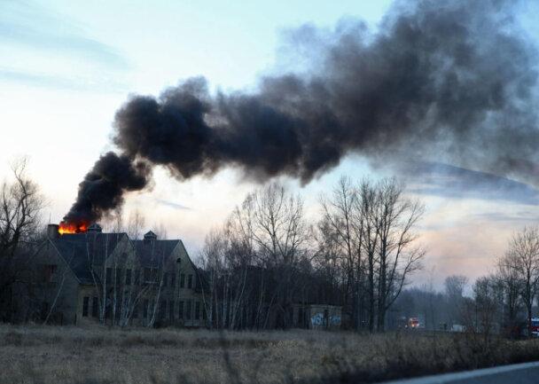 <p>Das Gebäude wurde stark beschädigt.</p>