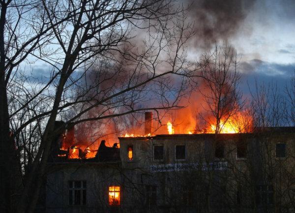 <p>76 Kameraden der Feuerwehren aus Glauchau, Meerane, Niederlungwitz, Wernsdorf und Reinholdshain rückten an, um die aus dem Dach lodernden Flammen zu löschen.</p>