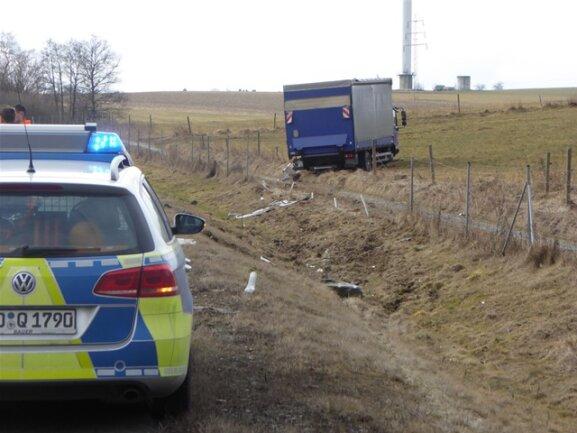 <p>Der Fahrer, der in Richtung Hof unterwegs war, verlor die Kontrolle über den 7,5-Tonner und fuhr nach rechts auf ein Feld.</p>
