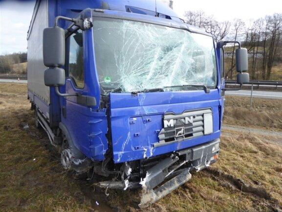<p>Der Laster wurde stark beschädigt, doch der Fahrer blieb unverletzt, und auch andere Fahrzeuge wurden nicht beschädigt.</p>