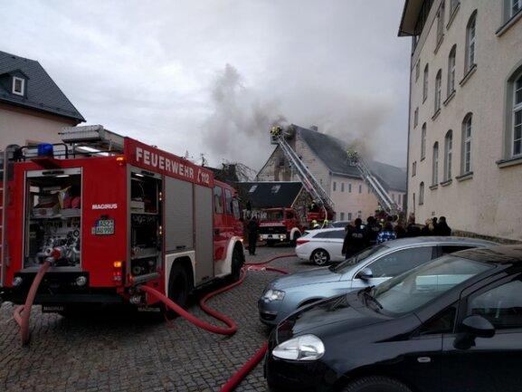 """<p xmlns:php=""""http://php.net/xsl"""">Eine Augenzeugin berichtete, dass Nachbarn den Brand gegen 15 Uhr entdeckt und die Feuerwehr verständigt haben.</p>"""